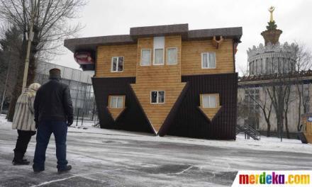 ini-rumah-terbalik-yang-memukau-pengunjung-001-nfi